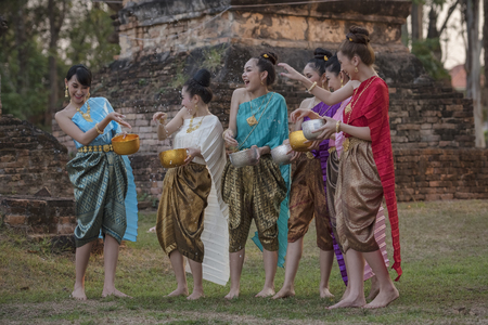 Photo pour festival Songkran, Thai girls and laos girls splashing water during festival Songkran festival,Water blessing ceremony of adults. - image libre de droit