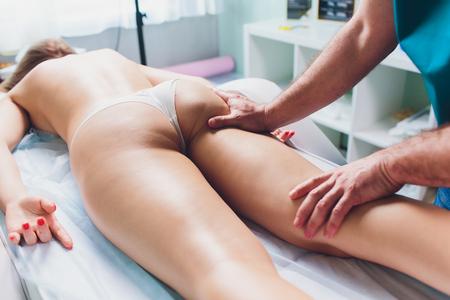 Photo pour anti-cellulite massage on the legs of young women. - image libre de droit