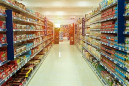 Foto de View of shelves with blurry products - Imagen libre de derechos