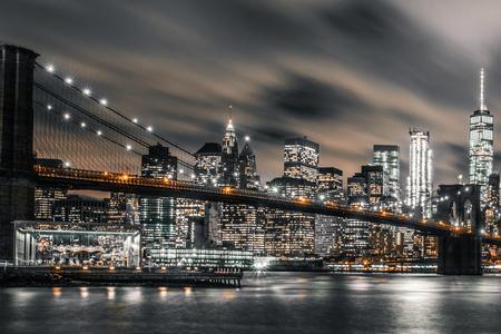 Foto de Brooklyn Bridge night long exposure - Imagen libre de derechos