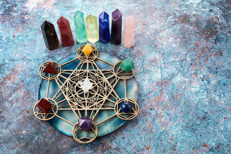 Photo pour Meditation, reiki and crystal healing background. Healing crystals grid. - image libre de droit