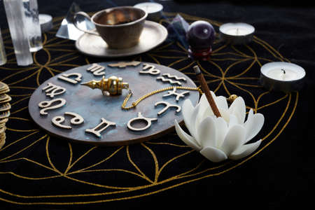 Photo pour Fortune Telling Table with tarot cards and esoteric objects - image libre de droit