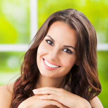 Photo pour Portrait of beautiful young happy smiling woman, outdoors - image libre de droit