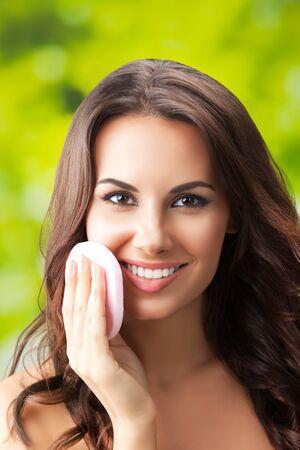 Photo pour Portrait picture of young woman cleaning skin by cotton pad - image libre de droit
