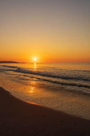 Photo pour A peaceful sunrise on a beach on the Costa Azahar, Spain - image libre de droit