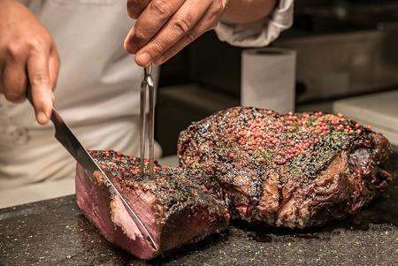Photo pour Carving of Wagyu beef roast - image libre de droit
