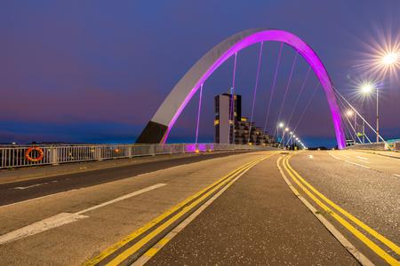 Photo pour Clyde Arc Bridge along River Clyde Sunset twilight at Glasgow city Scotland UK. - image libre de droit