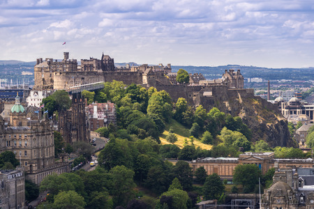 Foto de Edinburgh Castle with Cityscape from Calton Hill, Edinburgh, Scotland UK - Imagen libre de derechos