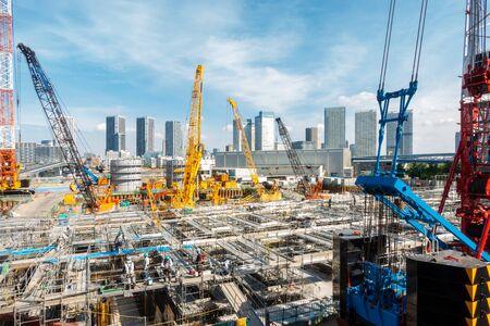 Foto de Big construction crane working in big construction site in Tokyo Japan - Imagen libre de derechos