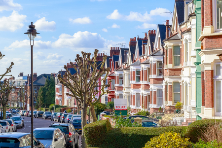 Photo pour Row of typical English terraced houses in West Hampstead, London - image libre de droit
