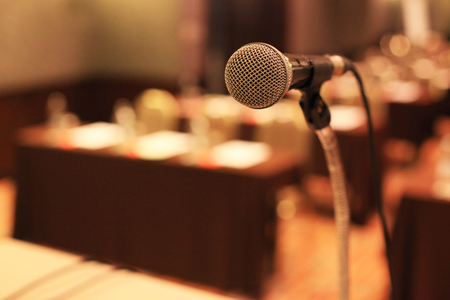 Photo pour microphone in front of meeting room empty chairs before the conference - image libre de droit