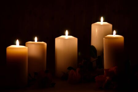 Photo pour Burning candles and roses on a dark background. Posthumous burning candles. Mourning picture with place for text. - image libre de droit