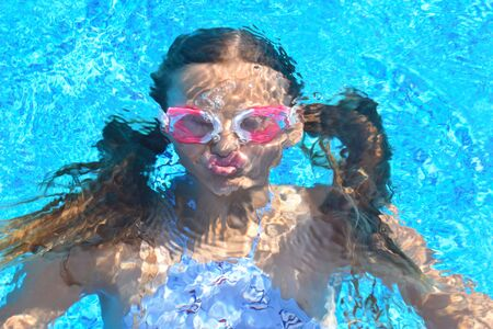 Photo pour portrait of a girl underwater. The child in the water during the summer. Interesting photo - image libre de droit