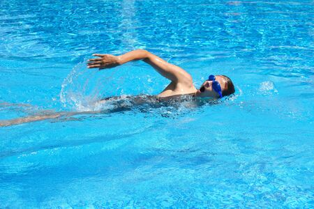 Photo pour Female swimmer in pool. swimming training. Swimming in the outdoor pool. A healthy lifestyle at the resort. - image libre de droit
