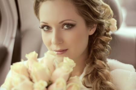 Photo pour Beautiful bride woman portrait with bridal bouquet posing in her wedding day - image libre de droit