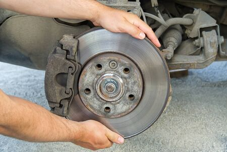 Photo pour Old and dirty rear dump break of the vehicle for repair. Brakes on a car with removed wheel. Detail image of cars break assembly before repair. - image libre de droit