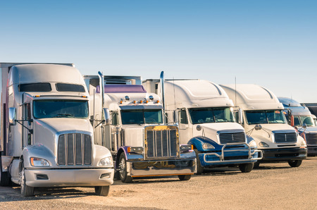 Foto de Generic semi Trucks at a parking lot - Imagen libre de derechos