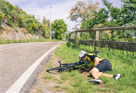 Photo pour Bicycle accident on the road - Biker in troubles - image libre de droit