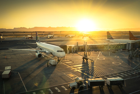 Photo pour Airplane at the terminal gate ready for takeoff - Modern international airport during sunset - Concept of emotional travel around the world - image libre de droit