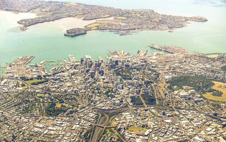 Photo pour Aerial view of Auckland skyline with modern buildings and green areas - New Zealand modern city with spectacular panorama - Soft azure and greenish filter - image libre de droit