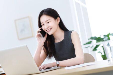 Photo pour Business young woman on the phone - image libre de droit