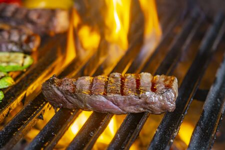 Photo pour grilling steaks on flaming grill and shot with selective focus - image libre de droit