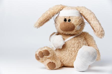 Photo pour Cute sick bandaged hare on a white background. - image libre de droit