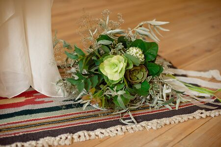 Foto de Slightly disheveled fresh and airy bridal bouquet with veronica and eucalyptus will be a great addition to the image of a stylish bride. - Imagen libre de derechos