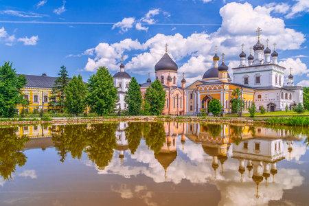 Foto de Churches and their reflection of Ascension Davidov Hermitage, Russian Orthodox Monastery near Moscow. Russia - Imagen libre de derechos