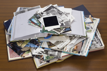 Foto de Nostalgia by youth - old family photo albums and photos lie a heap on a wooden table. - Imagen libre de derechos