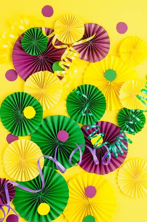 Photo pour Colorful paper confetti, carnivale mask and colored serpentine on a yellow background with copy space, greeting card and party invitation template design for carnival or birthday, Mardi Gras, - image libre de droit