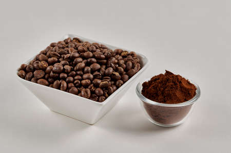 Photo pour Roasted whole peaberry coffee beans and freshly ground coffee powder on a white background - image libre de droit