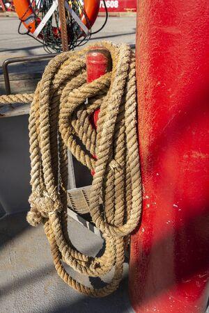 Photo pour Line wrapped around shipboard cleat - image libre de droit