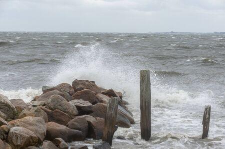 Photo pour Noreaster pushing up waves along Fairhaven coastline in New Bedford outer harbor - image libre de droit