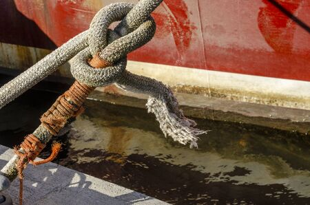 Photo pour Thick line securing fishing boat to Union Wharf - image libre de droit