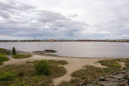 Photo pour Small beach on Acushnet River at Fort Phoenix - image libre de droit