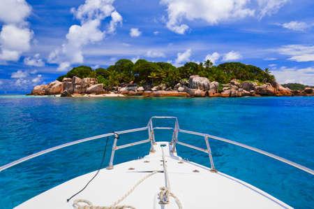 Photo pour Tropical island and boat - nature background - image libre de droit