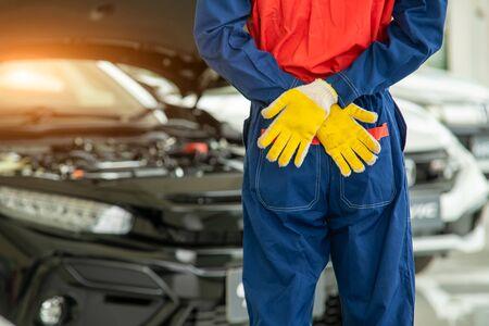 Photo pour Portrait of mechanic standing in repair shop,Service concept,Repair of machines,Repair specialist,Technical maintenance. - image libre de droit