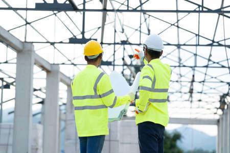 Photo pour Construction manager and architect working on building site. - image libre de droit