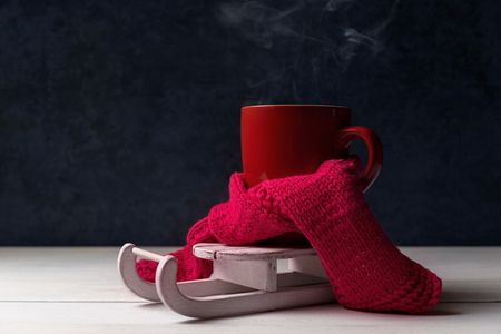 Photo pour Red cup of hot coffee with steam on Santa's sleigh. - image libre de droit
