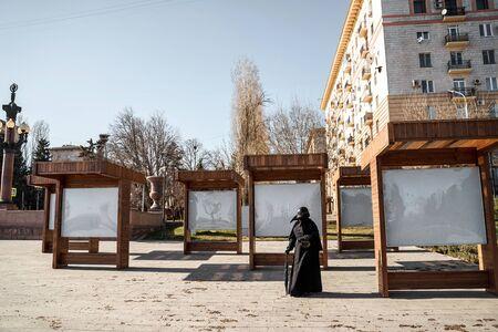 Photo pour plague doctor stands at empty stands - image libre de droit