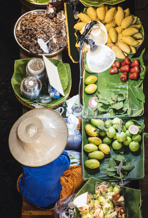 Photo pour Floating Market Thai fresh fruits Mango Banana Street food stall Asia Travel Thailand - image libre de droit