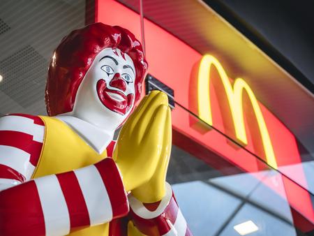 Foto de BANGKOK, THAILAND - MAR 14, 2019 : Thai Style Mc Donald Mascot in front of Shop Thailand Ronald McDonald greeting WAI - Imagen libre de derechos