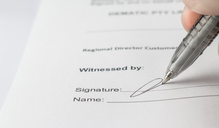 Photo pour Signing the contract in business work for mutual benefit. - image libre de droit