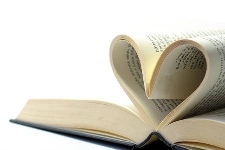 Photo pour open book with pages in the form of a heart - image libre de droit
