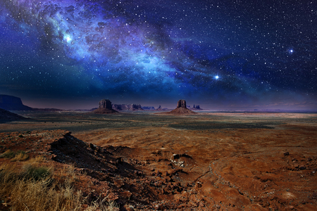 Photo pour starry night sky over the monument valley - image libre de droit
