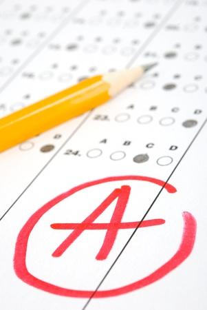 Photo pour Test score sheet with answers and pencil - image libre de droit