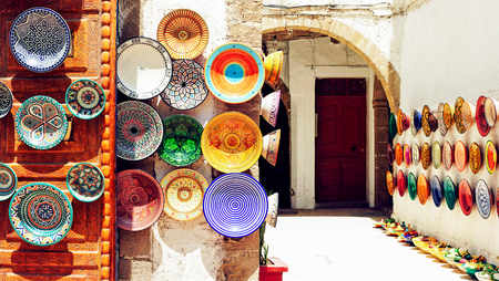 Foto de Traditional arabic handcrafted, colorful decorated plates shot at the market in Marrakesh, Morocco, Africa. - Imagen libre de derechos