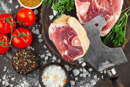 Photo pour Raw meat with spices in a composition with kitchen accessories. - image libre de droit