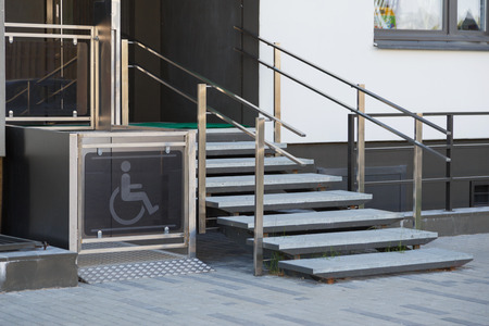Foto de Living house entrance equipped with special lifting platform for wheelchair users - Imagen libre de derechos